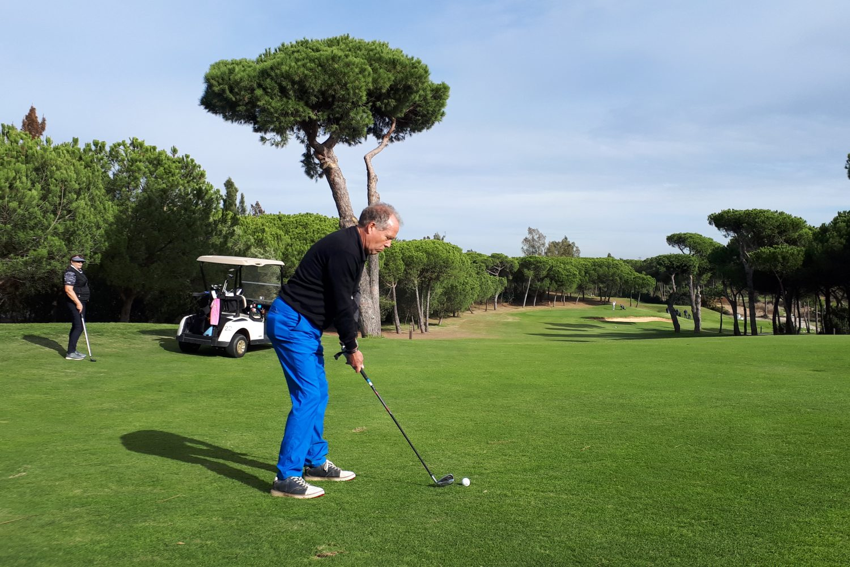 Client playing golf Precise Resort El Rompido